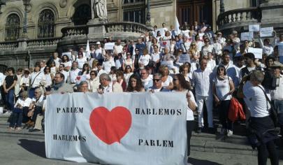 El movimiento ciudadano ¿Parlem? ¿Hablamos? tiñe de blanco los ayuntamientos de España.