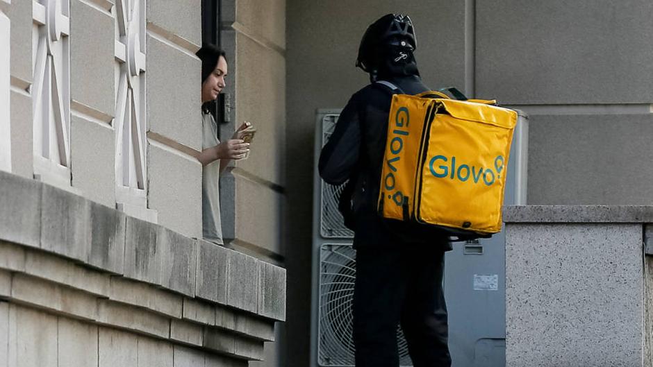 Repartidor de Globo entregando