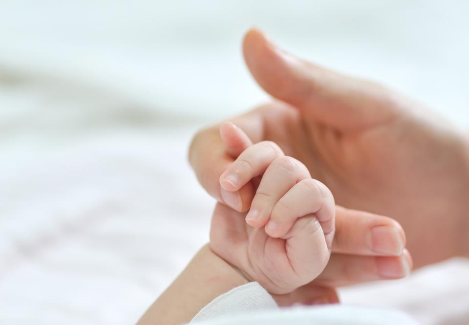 mano de madre y de bebé