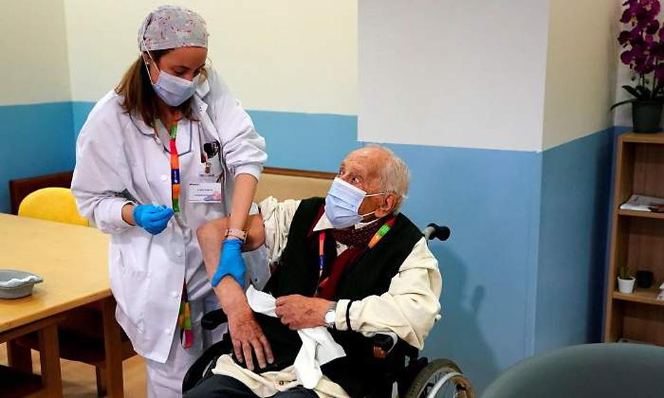La Seguridad Social está analizando el cauce jurídico para que las mutuas puedan vacunar contra el COVID.